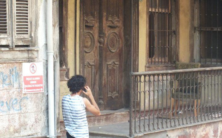 13.05.16.Ahşap işlemeli kapı önünde telefonla konuşan bir adam. ESKİŞEHİR