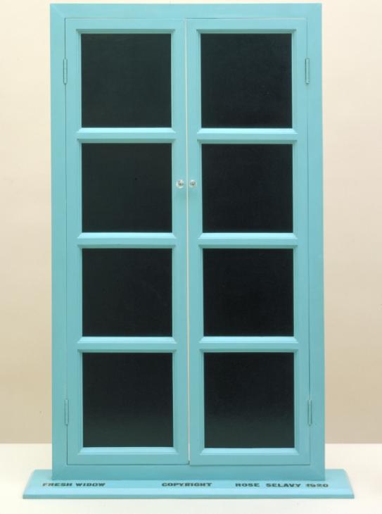 bina, pencere, oturma, küçük içeren bir resim  Açıklama otomatik olarak oluşturuldu